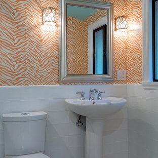 Immagine di una stanza da bagno con doccia country di medie dimensioni con WC monopezzo, piastrelle bianche, piastrelle diamantate, pareti arancioni, lavabo a colonna e pavimento beige