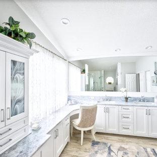 Свежая идея для дизайна: главная ванная комната среднего размера в морском стиле с фасадами в стиле шейкер, белыми фасадами, белой плиткой, керамической плиткой, серыми стенами, полом из керамической плитки, врезной раковиной, мраморной столешницей, бежевым полом и синей столешницей - отличное фото интерьера