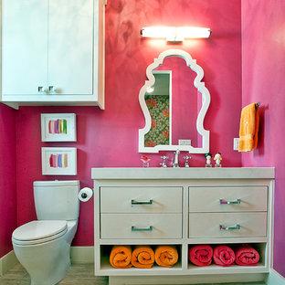 Idee per una stanza da bagno per bambini design con ante lisce, ante bianche e WC a due pezzi