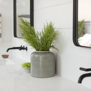 Mittelgroßes Country Badezimmer En Suite mit Schrankfronten im Shaker-Stil, hellbraunen Holzschränken, Doppeldusche, Wandtoilette mit Spülkasten, weißen Fliesen, Terrakottafliesen, weißer Wandfarbe, Travertin, Unterbauwaschbecken, Quarzwerkstein-Waschtisch, beigem Boden und Falttür-Duschabtrennung in San Diego