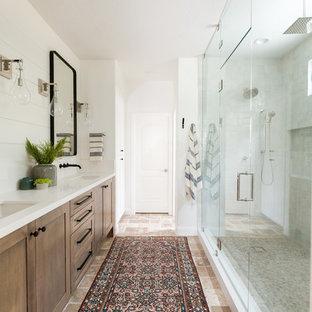 Inspiration för ett stort lantligt vit vitt en-suite badrum, med skåp i shakerstil, skåp i mörkt trä, våtrum, grå kakel, vita väggar, ett undermonterad handfat, brunt golv, dusch med gångjärnsdörr, travertin golv och bänkskiva i kvartsit
