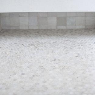 Свежая идея для дизайна: главная ванная комната среднего размера в стиле кантри с фасадами в стиле шейкер, фасадами цвета дерева среднего тона, двойным душем, раздельным унитазом, белой плиткой, терракотовой плиткой, белыми стенами, полом из травертина, врезной раковиной, столешницей из искусственного кварца, бежевым полом и душем с распашными дверями - отличное фото интерьера