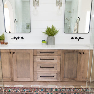 サンディエゴの中サイズのカントリー風おしゃれなマスターバスルーム (シェーカースタイル扉のキャビネット、濃色木目調キャビネット、洗い場付きシャワー、グレーのタイル、白い壁、トラバーチンの床、アンダーカウンター洗面器、珪岩の洗面台、茶色い床、開き戸のシャワー) の写真