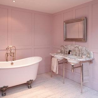 Foto de cuarto de baño de estilo de casa de campo con bañera exenta, azulejos en listel y paredes rosas