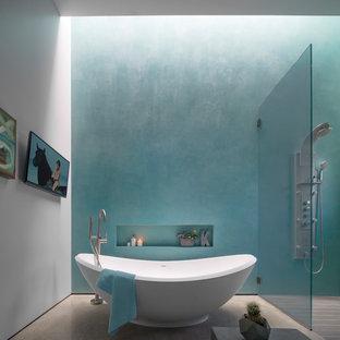 Ispirazione per una stanza da bagno contemporanea con vasca freestanding, doccia a filo pavimento, pareti blu, pavimento in cemento e pavimento grigio