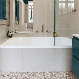 Ispirazione per una piccola stanza da bagno padronale contemporanea con ante verdi, vasca/doccia, piastrelle beige, pavimento alla veneziana, porta doccia a battente e top bianco