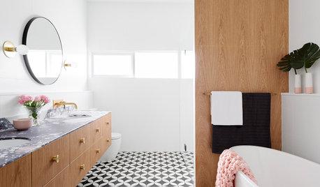 Härligt badrum med marmor, mässing och valnöt