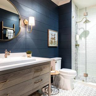 Идея дизайна: ванная комната в стиле кантри с фасадами островного типа, темными деревянными фасадами, душем в нише, раздельным унитазом, разноцветной плиткой, белой плиткой, синими стенами, душевой кабиной, накладной раковиной, разноцветным полом и душем с распашными дверями