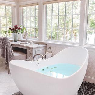 Foto på ett stort vintage flerfärgad en-suite badrum, med luckor med infälld panel, skåp i slitet trä, ett fristående badkar, en dubbeldusch, en toalettstol med hel cisternkåpa, flerfärgad kakel, marmorkakel, flerfärgade väggar, marmorgolv, ett undermonterad handfat, bänkskiva i kvartsit, flerfärgat golv och dusch med gångjärnsdörr