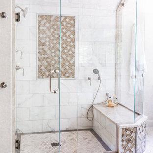 Inspiration för stora klassiska flerfärgat en-suite badrum, med luckor med infälld panel, skåp i slitet trä, ett fristående badkar, en dubbeldusch, en toalettstol med hel cisternkåpa, flerfärgad kakel, marmorkakel, flerfärgade väggar, marmorgolv, ett undermonterad handfat, bänkskiva i kvartsit, flerfärgat golv och dusch med gångjärnsdörr
