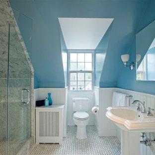Foto di una stanza da bagno chic con lavabo a colonna, WC a due pezzi e piastrelle grigie