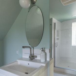 Foto di una stanza da bagno con doccia minimalista di medie dimensioni con ante lisce, ante bianche, doccia alcova, pareti verdi, pavimento con piastrelle in ceramica, pavimento bianco, porta doccia a battente, piastrelle bianche, piastrelle in gres porcellanato e lavabo da incasso