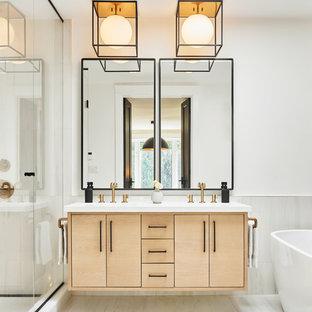 Esempio di una stanza da bagno padronale scandinava con ante lisce, ante in legno chiaro, vasca freestanding, pareti bianche, pavimento bianco e top bianco