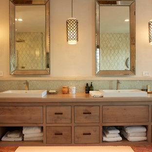 Imagen de cuarto de baño principal, marinero, de tamaño medio, con armarios con paneles lisos, puertas de armario con efecto envejecido, baldosas y/o azulejos verdes, baldosas y/o azulejos de vidrio, paredes beige, suelo de baldosas de terracota, lavabo sobreencimera, encimera de madera y suelo rojo