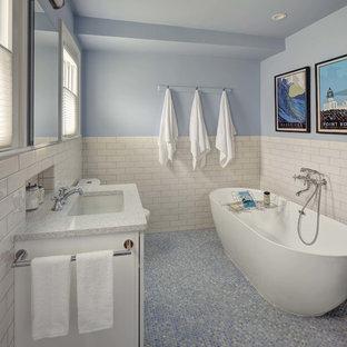 Ispirazione per una stanza da bagno padronale chic di medie dimensioni con ante bianche, vasca freestanding, piastrelle bianche, piastrelle in ceramica, pareti blu, lavabo sottopiano, top in quarzo composito, pavimento blu, top bianco e pavimento con piastrelle a mosaico