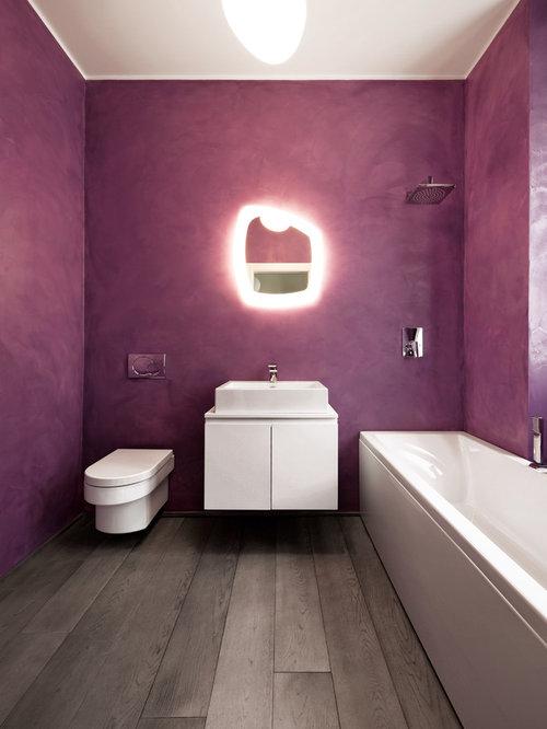 Salle de bain avec un wc suspendu et un mur violet for Salle de bain violet