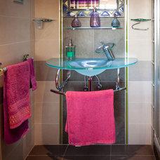Modern Bathroom by Goyo Photography
