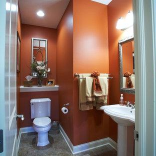 Foto di una stanza da bagno con doccia classica di medie dimensioni con WC a due pezzi, pareti arancioni, pavimento con piastrelle in ceramica, lavabo a colonna e top in superficie solida