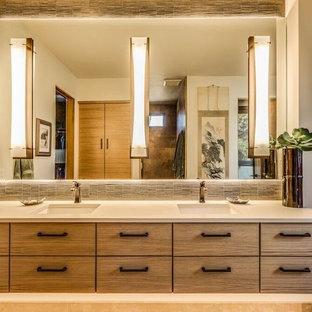 Rustik inredning av ett mellanstort en-suite badrum, med släta luckor, skåp i slitet trä, beige kakel, stickkakel, beige väggar, ett undermonterad handfat, bänkskiva i akrylsten, en dusch i en alkov, travertin golv, beiget golv och med dusch som är öppen
