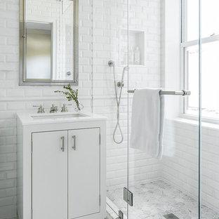 Esempio di una piccola stanza da bagno con doccia tradizionale con ante lisce, ante bianche, doccia doppia, piastrelle bianche, piastrelle diamantate, pareti bianche, pavimento in marmo, lavabo da incasso e top in marmo