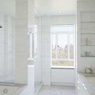Inredning av ett modernt badrum, med vit kakel och stenhäll