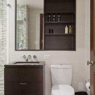 Foto på ett funkis badrum, med släta luckor, skåp i mörkt trä, stickkakel och beige kakel
