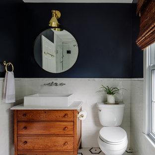 Idéer för små vintage vitt badrum med dusch, med en toalettstol med separat cisternkåpa, vit kakel, keramikplattor, blå väggar, ett fristående handfat, bänkskiva i kvarts, släta luckor, skåp i mellenmörkt trä, mosaikgolv och flerfärgat golv