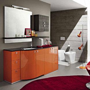 Ejemplo de cuarto de baño principal, minimalista, grande, con armarios con paneles lisos, puertas de armario naranjas, encimera de granito y baldosas y/o azulejos negros