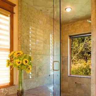 Foto di una stanza da bagno padronale rustica con piastrelle di ciottoli e pareti beige
