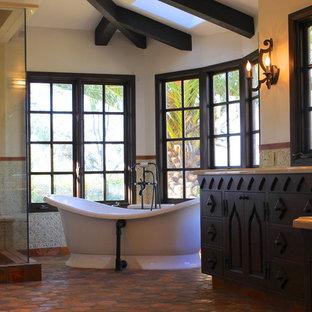 Geräumiges Mediterranes Badezimmer En Suite mit Unterbauwaschbecken, Schrankfronten mit vertiefter Füllung, dunklen Holzschränken, Marmor-Waschbecken/Waschtisch, freistehender Badewanne, Wandtoilette mit Spülkasten, farbigen Fliesen, Terrakottafliesen und weißer Wandfarbe in San Diego