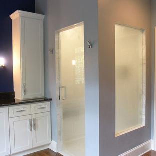Esempio di una grande sauna classica con ante in stile shaker, ante bianche, vasca freestanding, WC a due pezzi, piastrelle nere, pistrelle in bianco e nero, piastrelle grigie, piastrelle bianche, piastrelle in pietra, pareti blu, parquet scuro, lavabo sottopiano e top in granito