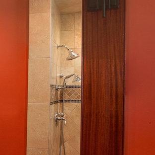 Foto di una grande stanza da bagno american style con top in granito, doccia alcova, piastrelle beige, bidè, piastrelle in gres porcellanato, pareti arancioni e lavabo sottopiano
