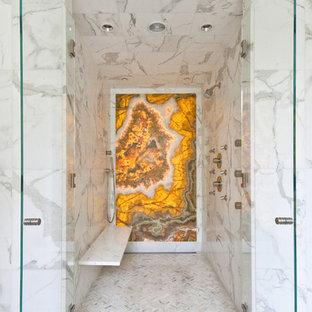 Inspiration pour une douche en alcôve design avec un carrelage jaune, du carrelage en marbre et un banc de douche.