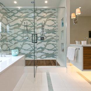 Immagine di una stanza da bagno padronale minimal con ante lisce, ante in legno scuro, vasca sottopiano, doccia doppia, piastrelle multicolore e piastrelle a mosaico