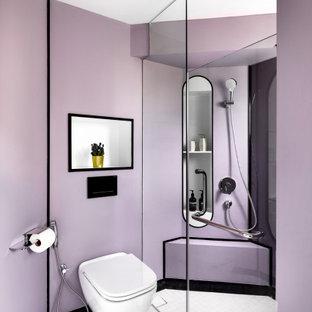 Exempel på ett mellanstort modernt badrum med dusch, med en kantlös dusch, lila väggar, klinkergolv i porslin, vitt golv och med dusch som är öppen