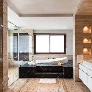 Modelo de cuarto de baño principal, de estilo zen, grande, con bañera encastrada, baldosas y/o azulejos beige, baldosas y/o azulejos de travertino, suelo de travertino, suelo beige, encimeras blancas, armarios con paneles lisos, puertas de armario blancas, ducha esquinera, lavabo sobreencimera y ducha con puerta con bisagras