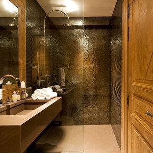 Inspiration för ett mellanstort funkis badrum med dusch, med ett undermonterad handfat, en kantlös dusch, kakel i metall och svart kakel