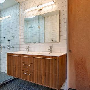 デンバーの中サイズのコンテンポラリースタイルのおしゃれなマスターバスルーム (一体型シンク、フラットパネル扉のキャビネット、濃色木目調キャビネット、クオーツストーンの洗面台、ダブルシャワー、白いタイル、サブウェイタイル、モザイクタイル) の写真