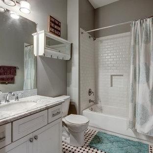 Idee per una stanza da bagno classica di medie dimensioni con ante in stile shaker, ante bianche, vasca ad alcova, vasca/doccia, WC a due pezzi, piastrelle bianche, piastrelle in ceramica, pareti grigie, pavimento con piastrelle in ceramica, lavabo sottopiano, top in marmo, pavimento multicolore, doccia con tenda, top bianco, un lavabo e mobile bagno incassato
