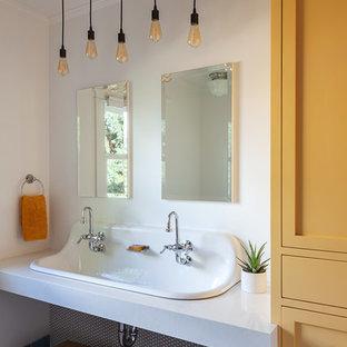 Idee per una stanza da bagno per bambini tradizionale con ante in stile shaker, ante gialle, pareti bianche, lavabo rettangolare, pavimento multicolore e top grigio