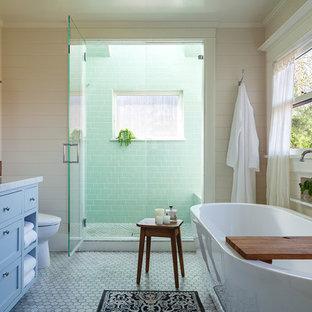 Ispirazione per una stanza da bagno padronale classica con ante blu, vasca freestanding, doccia alcova, piastrelle verdi, piastrelle diamantate, pareti beige, pavimento in marmo, lavabo sottopiano, top in marmo, pavimento grigio, porta doccia a battente e top grigio
