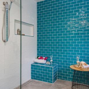 Idee per una grande stanza da bagno contemporanea con consolle stile comò, vasca freestanding, doccia aperta, WC monopezzo, piastrelle blu, piastrelle in ceramica, pareti blu, pavimento con piastrelle in ceramica, lavabo sottopiano, top in vetro, pavimento grigio e doccia aperta