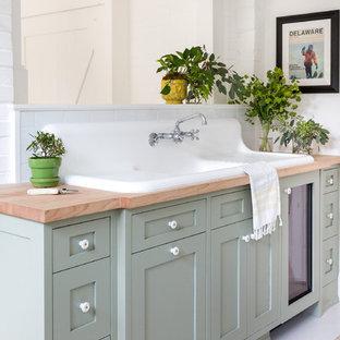 Idéer för att renovera ett litet lantligt brun brunt badrum för barn, med skåp i shakerstil, grå skåp, en hörndusch, vita väggar, ett nedsänkt handfat, träbänkskiva, vitt golv och dusch med gångjärnsdörr