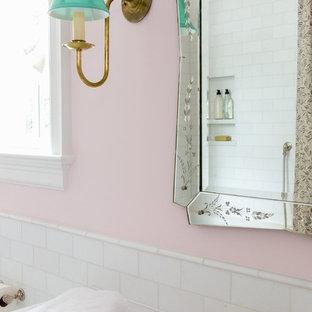 Salle de bain avec une baignoire d\'angle et un mur rose : Photos et ...