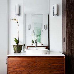 Ispirazione per una stanza da bagno con doccia contemporanea di medie dimensioni con ante lisce, ante in legno scuro, pareti bianche, pavimento con piastrelle in ceramica, lavabo a bacinella, top in quarzite, pavimento grigio e top bianco