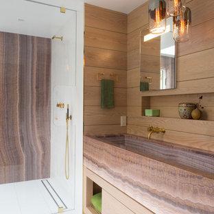 Foto di una grande stanza da bagno padronale design con lavabo rettangolare, ante lisce, ante in legno chiaro, doccia a filo pavimento, piastrelle marroni, lastra di pietra e pavimento in gres porcellanato