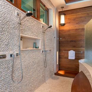 Foto på ett tropiskt en-suite badrum, med en dubbeldusch, vit kakel, kakel i småsten, klinkergolv i småsten och beiget golv