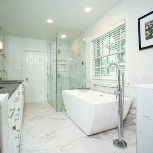 ボルチモアの大きいコンテンポラリースタイルのおしゃれなマスターバスルーム (フラットパネル扉のキャビネット、白いキャビネット、置き型浴槽、段差なし、白いタイル、大理石タイル、大理石の床、アンダーカウンター洗面器、珪岩の洗面台、白い床、開き戸のシャワー、グレーの洗面カウンター、白い壁) の写真