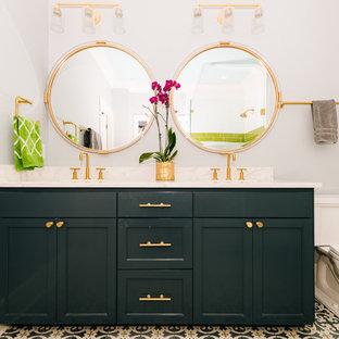 Ejemplo de cuarto de baño con ducha, clásico renovado, de tamaño medio, con armarios con paneles empotrados, puertas de armario verdes, sanitario de dos piezas, paredes grises, suelo de azulejos de cemento, lavabo bajoencimera, encimera de mármol, suelo multicolor y encimeras blancas