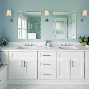 Ispirazione per una stanza da bagno padronale costiera con ante in stile shaker, ante bianche, pareti blu, lavabo sottopiano, pavimento grigio e top bianco